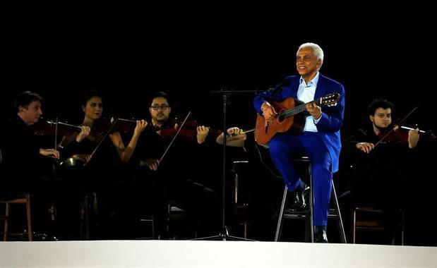 1729651743-paulinho-da-viola-foi-o-responsavel-por-cantar-o-hino-nacional-brasileiro-na-abertura-dos-jogos-do-r