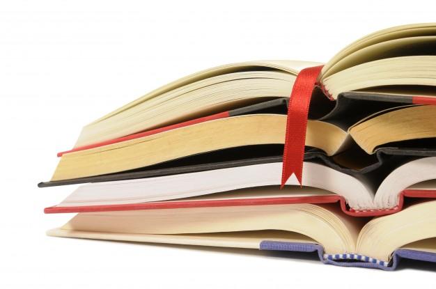 pilha-pequena-de-livros-abertos_1101-287